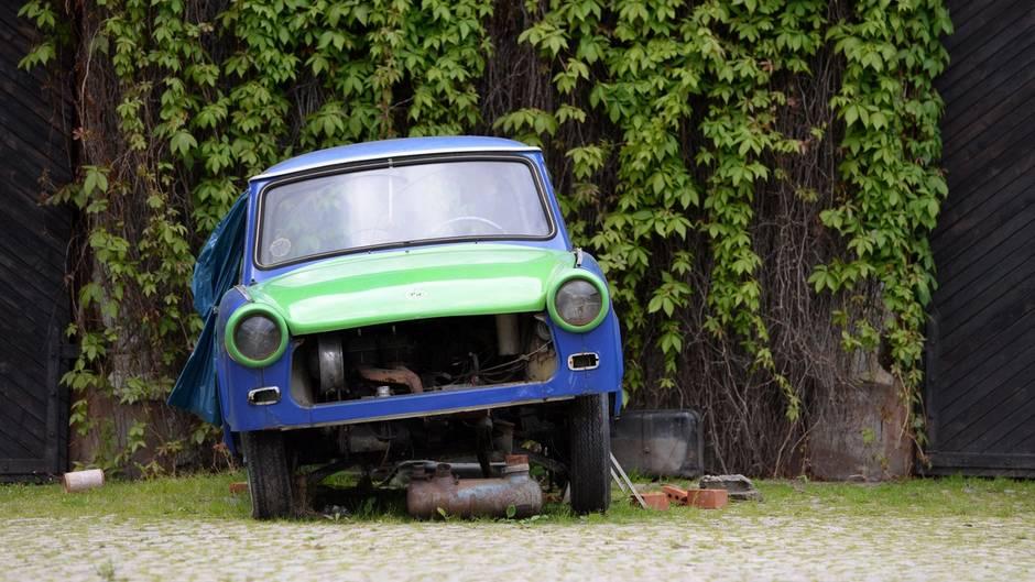 EuGH-Urteil zu nicht benutzten Autos: Ein kaputter Trabant steht auf einem Hinterhof