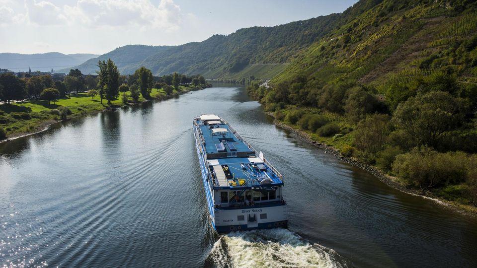 Schifffahrt unter Zeitdruck: Ein kleineres Kreuzfahrtschiff auf der Mosel