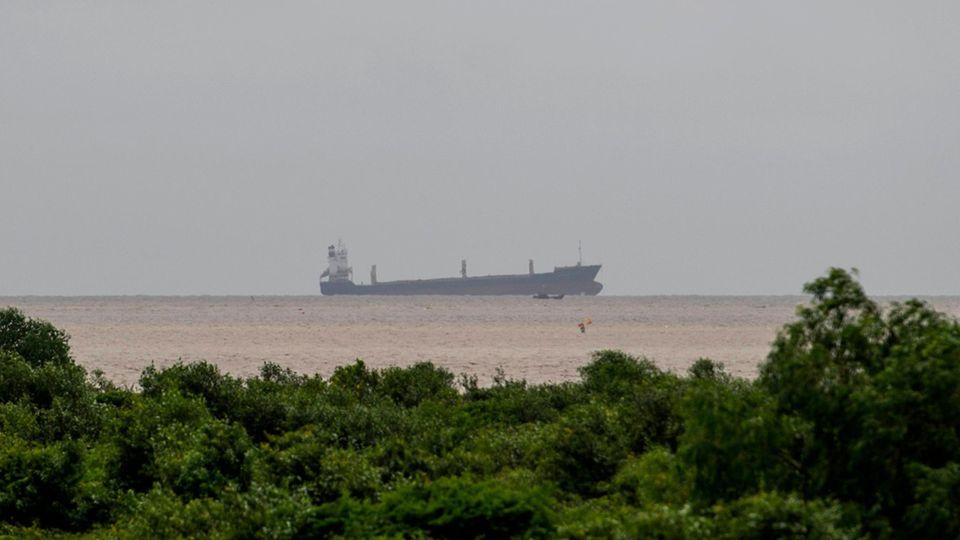 Geisterschiff vor der Küste von Myanmar