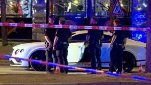 Polizisten stehen am 27. August neben einem Auto auf dem Millerntorplatz an der Reeperbahn, nachdem Schüsse gefallen waren