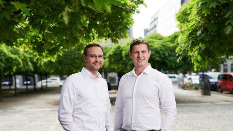 Die Tesvolt-Gründer Daniel Hannemann (l.) und Simon Schandert.