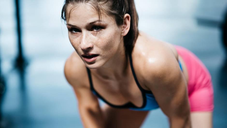 Eine junge Frau macht Sport