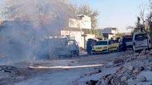 Eine Familie flüchtet nach russischen Luftangriffen in der Region Idlib im Nordwesten Syriens