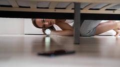 Bild 1 von 10 der Fotostrecke zum Klicken:  1. Handy:Eine nicht ganz freiwillige digitale Entgiftung  Paradoxerweise kann die Mehrheit der Urlauber ihr Smartphone während der Ferien nicht aus der Hand legen; dennoch steht es an erster Stelle der zehn am häufigsten vergessenen Gegenstände. Der Verlust löst meist Panik und die Frage aus, wie man schnell wieder online ist.