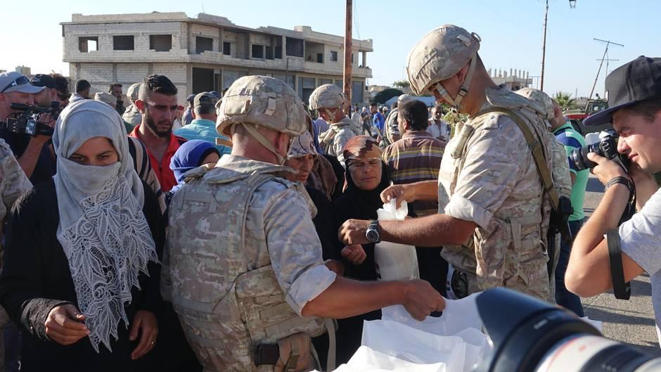 Syrien: Russische Soldaten verteilen Lebensmittel
