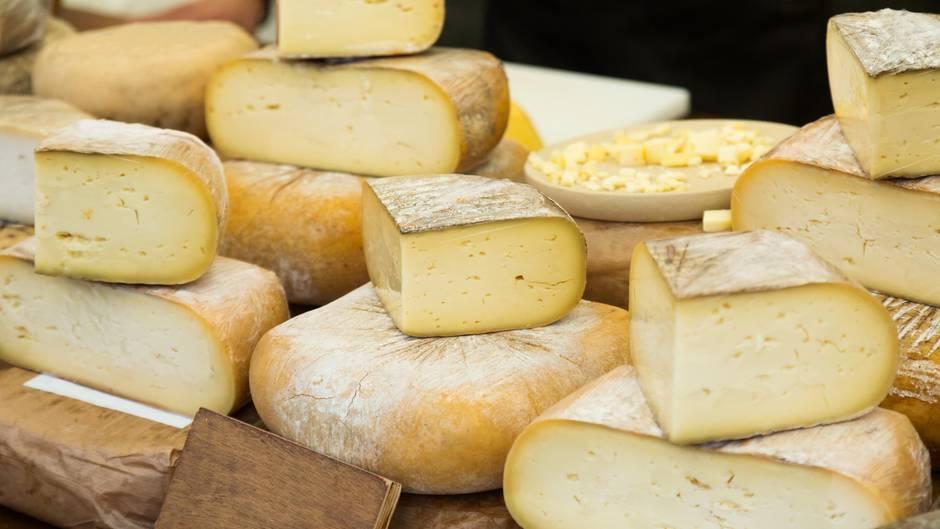 Käse liegt in einer Frischetheke