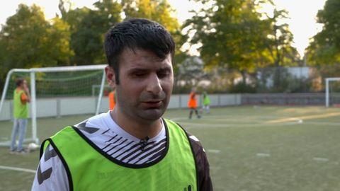 Der deutsche Blindenfußball-Nationalspieler Serdal Celebi (34) beim Training im Gespräch mit stern TV.