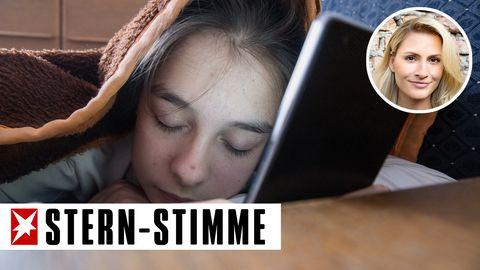 Schlafender Teenager mit Smartphone