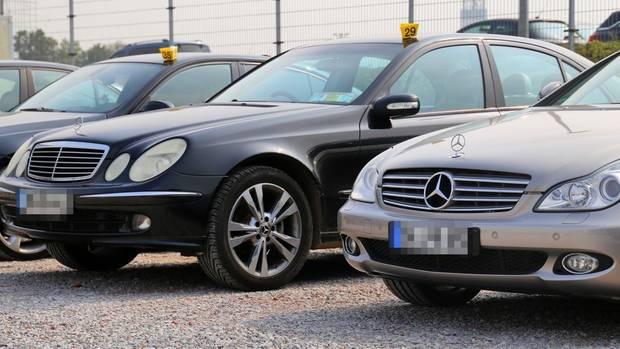 Beschlagnahmte Autos vor dem Jobcenter Duisburg