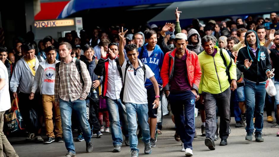 """Was wäre, wenn sich die Flüchtlingskrise von 2015 in naher Zukunft wiederholte? Diese Frage stellt sich Timur Vermes in seinerneuen Romangroteske """"Die Hungrigen und die Satten""""."""