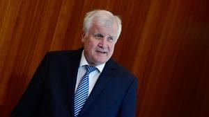 Horst Seehofer sagt, dass viele Menschen die Migrationsfrage mit sozialen Sorgen verbinden