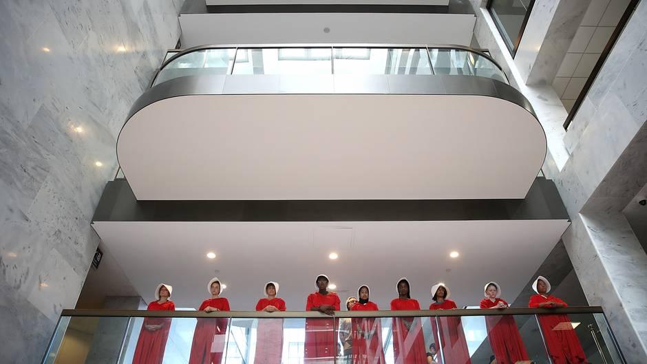 Frauen demonstrieren im Obersten Gerichtshof