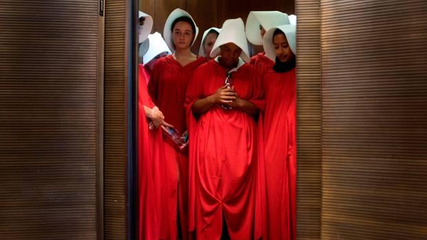 Protestierende Frauen vor dem Anhörungsraum