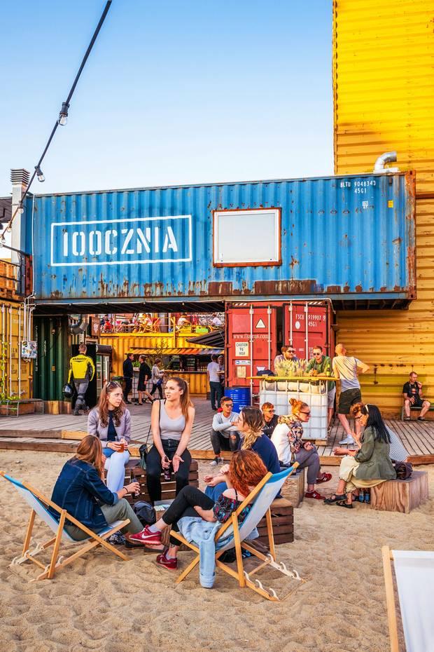Auf die Stadt der Hafenarbeiter spielt das Kulturzentrum 100cznia an, das aus rund 20 Schiffscontainern besteht – mit Beachclub, Garküche, Galerie.