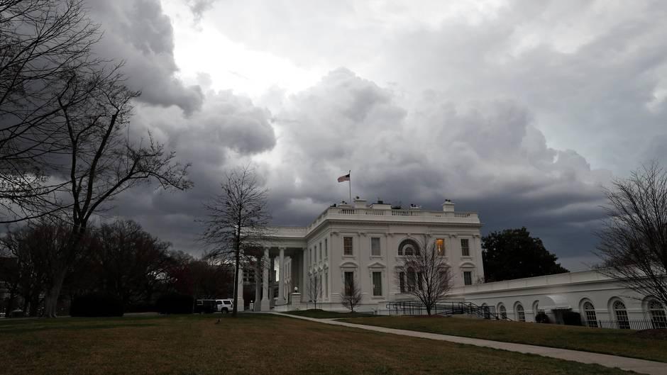 Dunkle Gewitterwolken türmen sich über dem Weißen Haus in Washington, dem Amtssitz von Donald Trump
