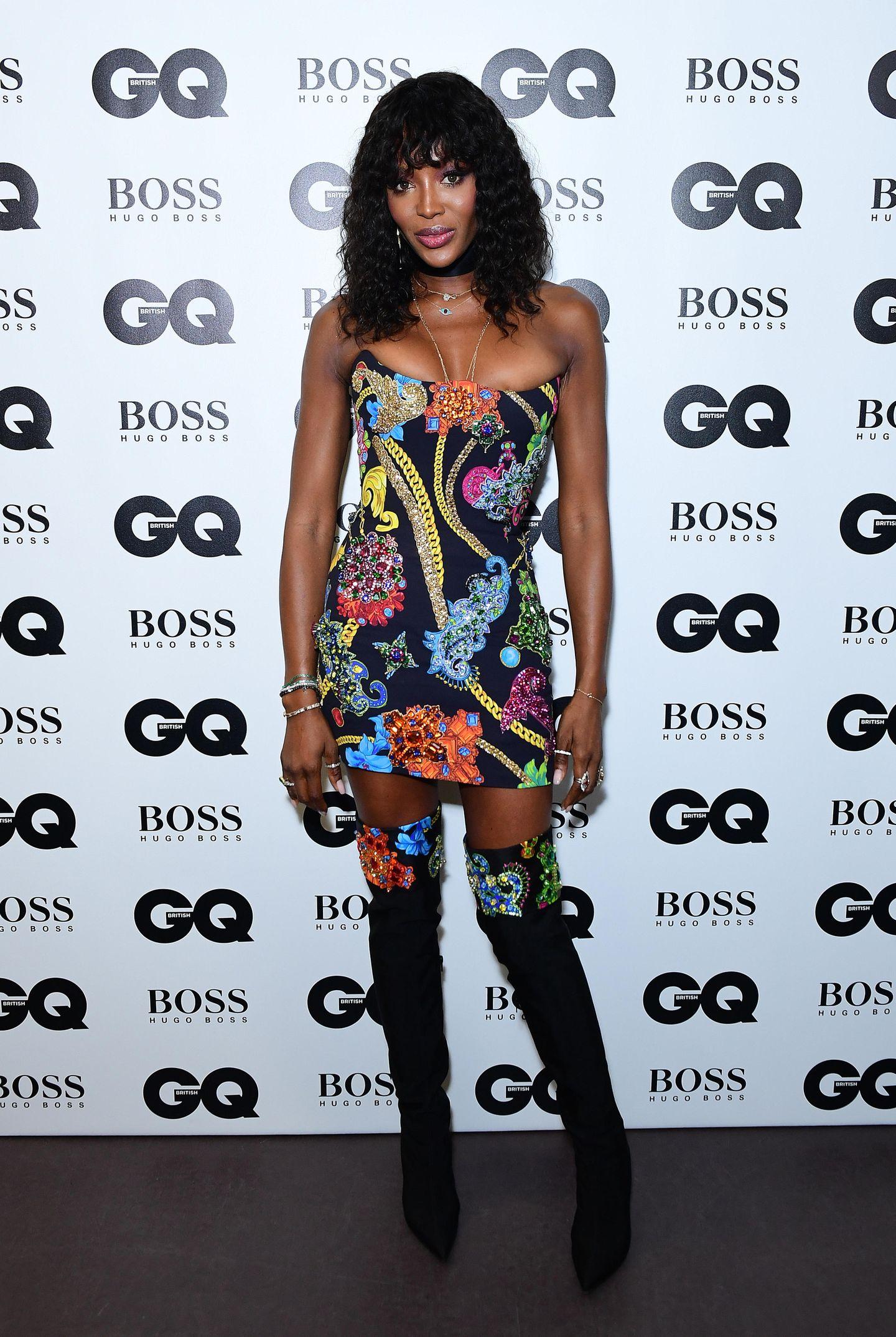 In den Neunzigern war sie die Muse von Designer Gianni Versace, bis heute ist Model Naomi Campbell der Marke eng verbunden. Ihr kunterbuntes Outfit stammt ebenfalls von dem italienischen Label.