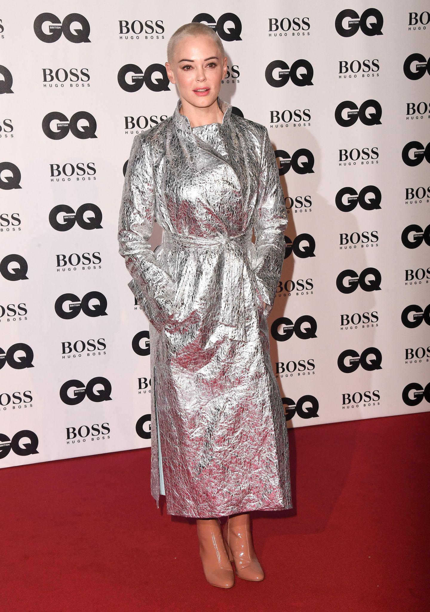 Alufolie oder Rettungsdecke? Schauspielerin Rose McGowan trug einen eigenwilligen Mantel. Vielleicht war es auch eine Rüstung à laJeanne d'Arc? Immerhin ist die 45-Jährige eine engagierte Kämpferin der #MeToo-Bewegung.