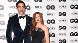 Stilvoller Auftritt von Comedian Sasha Baron Cohen und seiner Frau Isla Fisher: Er kam im dunkelblauen Samtanzug, sie in schwarzer Robe von Designerin Alberta Ferretti
