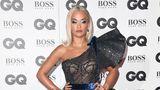 Sängerin Rita Ora wirkte wie eine Amazone von einem anderen Stern: Unter ihrem Luftpolsterfolien-Kleid blitzte die Unterwäsche hervor