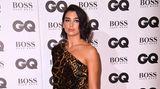 """Ein Leo-Lookdarf auf keiner Veranstaltung fehlen. Bei den """"GQ Awards"""" erschien Sängerin Dua Lipa im Raubtier-Kleid von Saint Laurent Paris."""