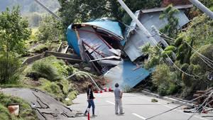 Von Trümmer blockierte Straße in Japan