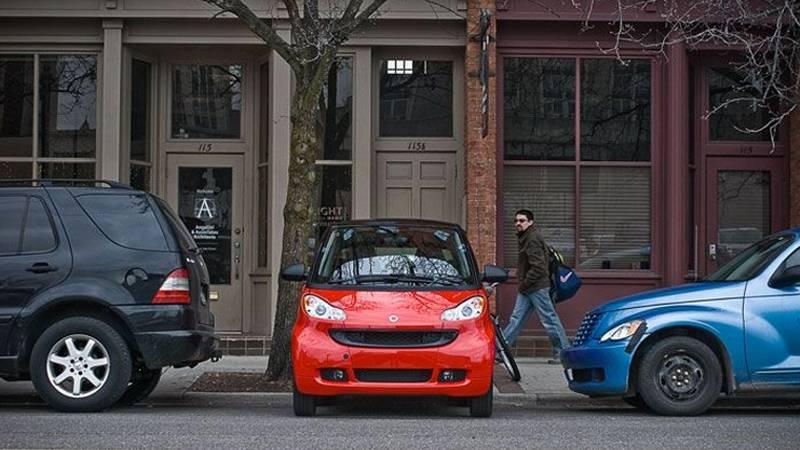 Parken in der Großstadt: Darf man mit einem Smart quer parken?