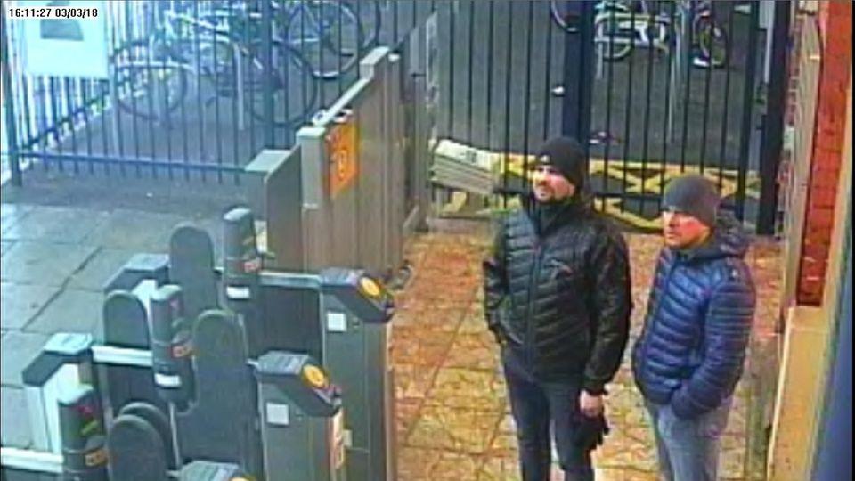 Ein Bild einer Überwachungskamera zeigt diebeiden Verdächtigen am Bahnhof von Salisbury am 3. März 2018 um 16:11 Uhr