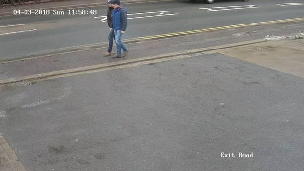 Um 11.58 UhrwerdenAlexander Petrow und Ruslan Boschirow am 4. März von einer Überwachungskamera in der Wilton Road gefilmt