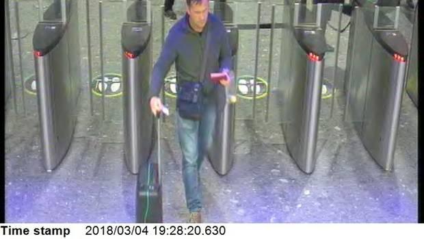 Einer der Verdächtigen passiert um 19.28 Uhr die Sicherheitskontrollen am FlughafenHeathrow