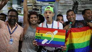 Unterstützer und Mitglieder der LGBT-Gemeinschaft feiern in Indien die Legalisierung von Sex von Homosexuellen