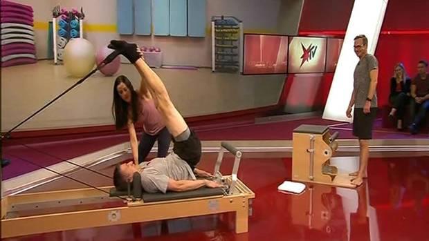Live in der Sendung demonstrierten Matthias Opdenhövel und Steffen Hallaschka, der selbst seit Jahren Pilates betreibt, wie die Übungen und Geräte funktionieren. Ein gewisser Wettkampfgeist zwischen den Moderatoren dürfte den Zuschauern dabei nicht entgangen sein...
