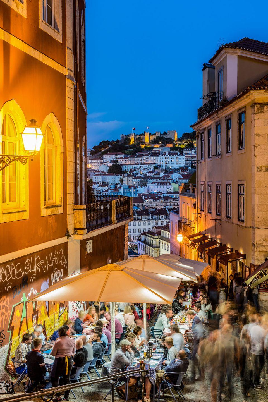 Von der Weite und Leere eines Seetags zum genauen Gegenteil: Abends in Lissabon. Beim Landgang im Viertel Chiado konnte sich die Autorin Zeit lassen, durch die Calcada do Duque zu streifen, da das Schiff über Nacht festmachte.