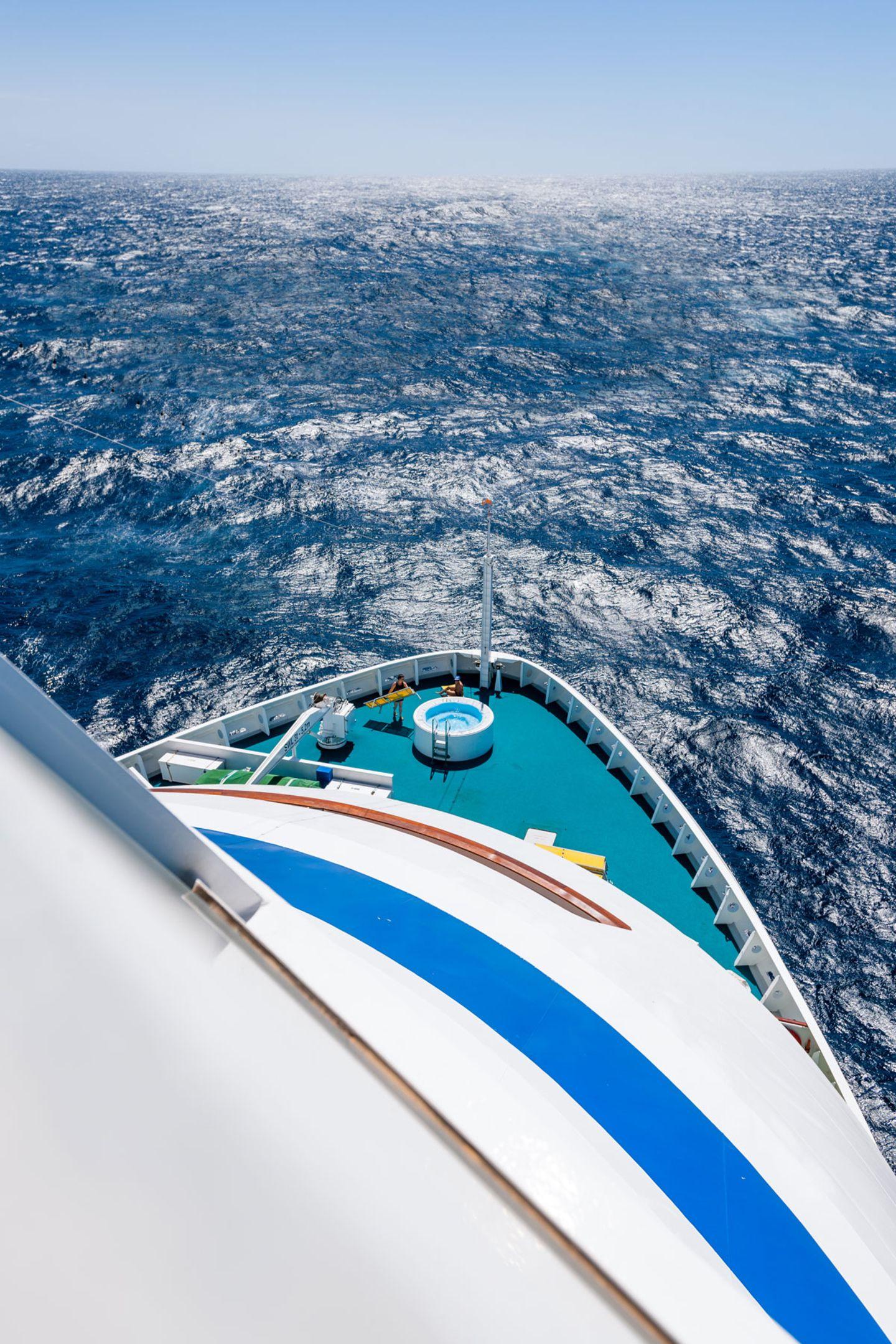 """Trotz 1266 Passagieren und 389 Crewmitgliedern lassen sich auf der """"Aida Aura"""" durchaus Momente der Ein- oder Zweisamkeit finden, etwa am äußersten Bug des Schiffes, mit Sicht auf den Horizont."""