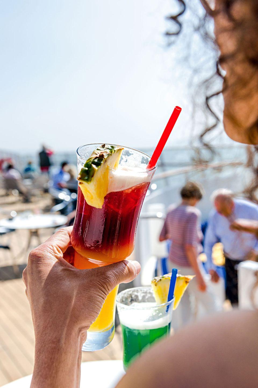 """Die Autorin schnappte als stille Beobachterin auf dem Sonnendeck die kleinen Dialoge einer Kreuzfahrt auf: """"Ach, Drinks sind nicht inbegriffen?"""""""