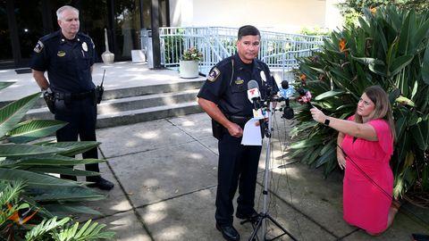 Ermittlungsleiter Randall Chaney (mitte) ließ die Mutter des toten Jungen verhaften