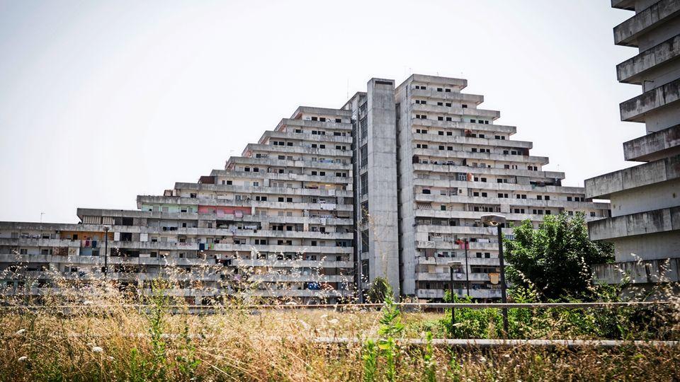 """""""Segel""""heißt dieser Betonklotz im Viertel Scampia im Norden Neapels. Einst Vorzeigesozialbau, ist er heute Drogenumschlagplatz und Kulisse für Mafiafilme."""