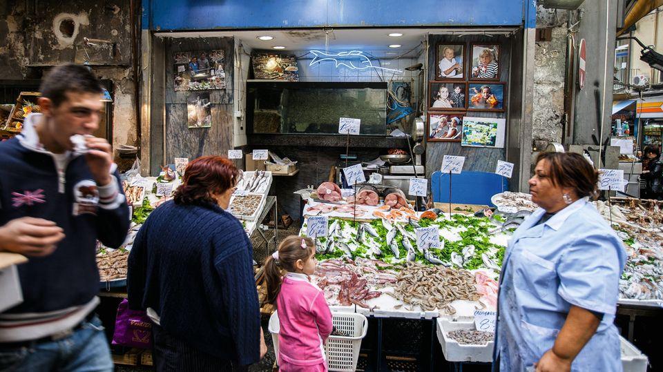 Das Leben spielt sich zwischen Balkonen, kleinen Geschäften und Hinterhöfen ab