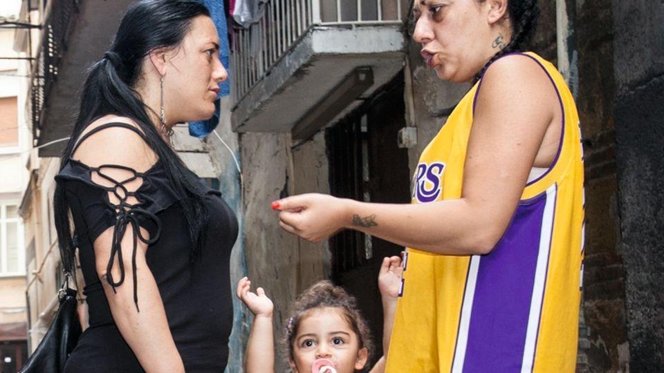 Valentina (r.) mit Nachbarin und Tochter Patrizia, die Familien in den Gassen halten zusammen