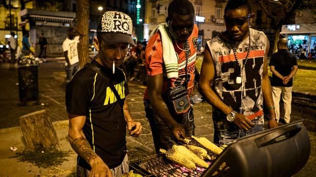 """Ein Mann grillt Maiskolben – mit zwei """"Angestellten"""", Migration wird im Süden selten als Problem gesehen"""
