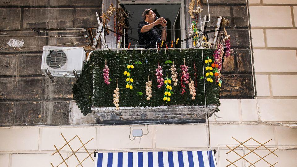 Er nennt sich Topolino in Anlehnung an die großen italienischen Sänger, die oft Spitznamen tragen. Von seinem Balkon lässt Antonio Borelli neapolitanische Klassiker in die Gasse schallen. Geld holt er sich via Korb nach oben, er steht unter Hausarrest – wegen Drogenhandels