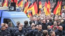 Der thüringische AfD-Politiker marschiert mit Parteikollegen und anderen Rechtsnationalen auf der Demo in Chemnitz