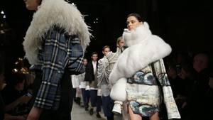 Models präsentieren Burberry-Kleidung