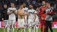 Die deutschen Nationalspieler klatschen sich nach dem torlosen Unentschieden glücklich ab