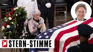 Roberta McCain am Sarg ihres Sohnes John McCain