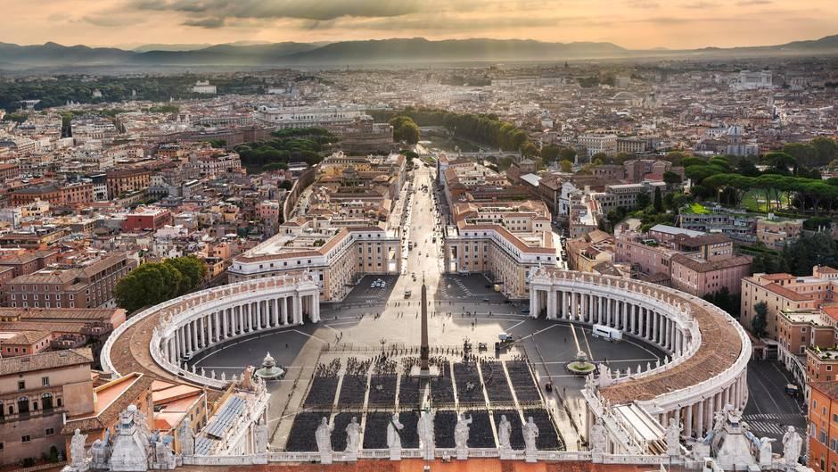 """Mini-Staat  """"Stato della Città del Vaticano"""", Staat Vatikanstadt, so heißt das 44-Hektar-Territorium am westlichen Tiberufer offiziell. Es ist das kleinste Land der Welt mit rund 600 Staatsbürgern, darunter Kardinäle, Mitarbeiter der Kurie, Schweizergardisten und ihre Familien. Wenn überhaupt ein Ehepaar –meist Angehörige der Garde – im Vatikan ein Kind erwartet, muss es außerhalb des Landes zur Welt kommen. Es kann die Staatsbürgerschaft erhalten, verliert sie aber spätestens mit 25 Jahren (Männer) oder bei Heirat (Frauen). Für alle anderen gilt: Wer nicht (mehr) für den Vatikan arbeitet, muss den Pass des Papststaates wieder abgeben."""