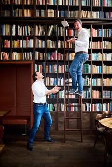 Bei so einer Bücherwand werden selbst zwei Bestsellerautoren wie Eckart von Hirschhausen (rechts) und Rolf Dobelli bescheiden