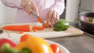 Ein gutes Küchenmesser schneidet Karotten ebenso gut wie Fleisch, Nüsse und Hartkäse.
