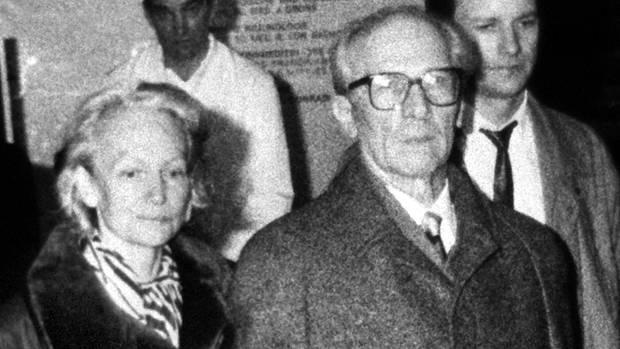 Erich Honecker und seine Ehefrau Margot verlassen am 29.Januar 1990 das Krankenhaus Charite in Ost-Berlin