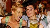 """Giulia Siegel und Daniel Küblböck beim """"Bild""""-Stammtisch auf dem Oktoberfest 2004 in München. Umfragen zufolge kannten damals 95 Prozent der Deutschen den DSDS-Teilnehmer."""