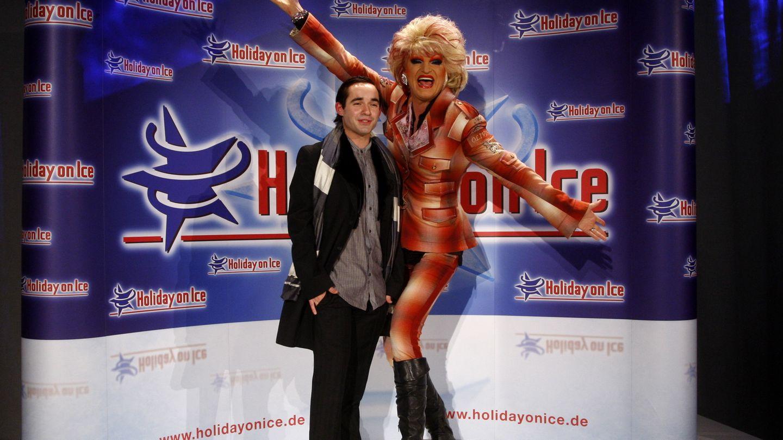 """Küblböck ließ kaum eine Bühne aus - hier ist er gemeinsam mit Drag-Queen Olivia Jones bei der Premiere von """"Holiday on Ice"""" im November 2011 zu sehen."""